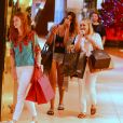 Marina Ruy Barbosa, a mãe e a amiga se divertem em tarde de compras no shopping