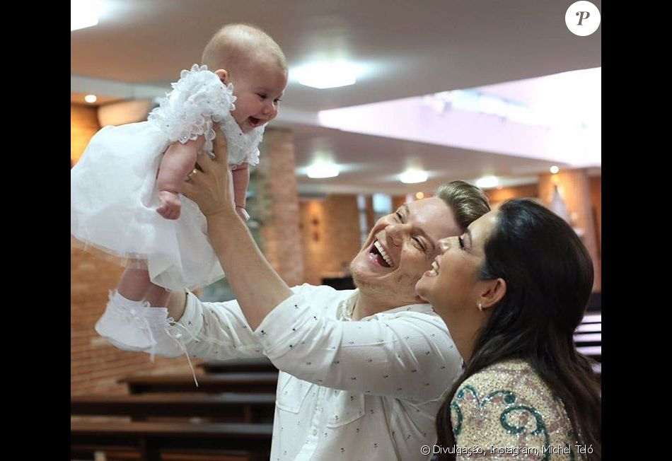 Michel Teló e Thais Fersoza vestiram Melinda de mamãe Noel neste sábado, 24 de dezembro de 2016