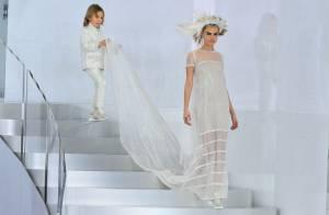 Cara Delevingne se veste de noiva para desfile de alta-costura da Chanel