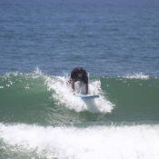 Murilo Benício leva tombo durante surfe na praia da Barra da Tijuca, no Rio