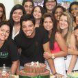 Rodrigo Simas fica contente com a festa realiza pelas fãs