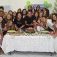 Rodrigo Simas se diverte com as fãs e tira foto na mesa do bolo