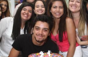 Rodrigo Simas faz 21 anos e ganha festa de aniversário das fãs, no Rio