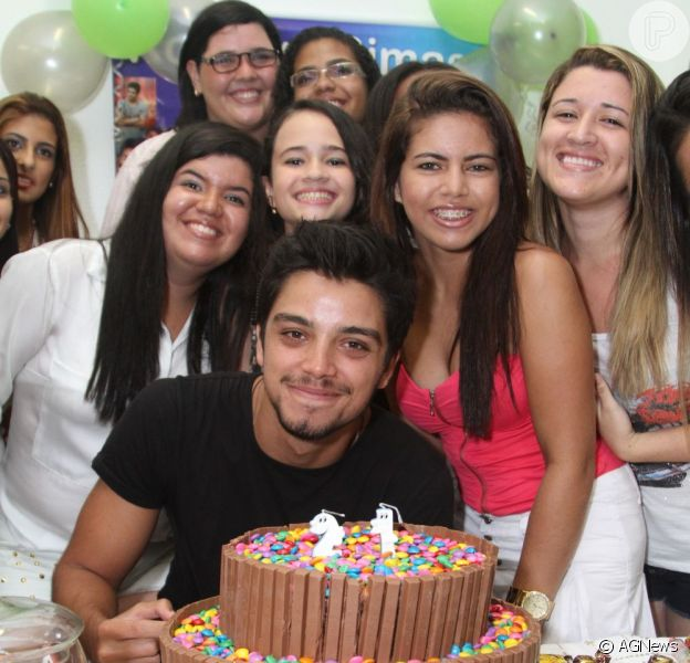 Rodrigo Simas completa 21 anos e ganha festa surpresa das fãs, em 9 de janeiro de 2013