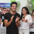 Rodrigo Simas sorri na hora do 'Parabéns pra você'