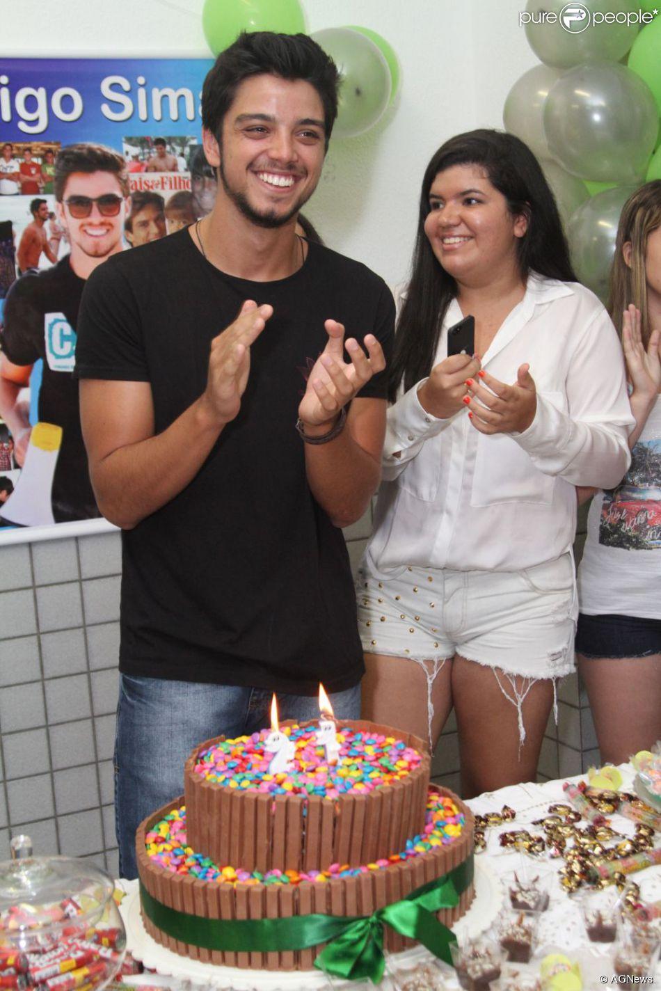 Excepcional Rodrigo Simas sorri na hora do 'Parabéns pra você' - Purepeople UJ06