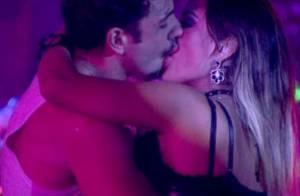 'BBB 14': Letícia e Junior se beijam em festa e depois dormem de 'conchinha'