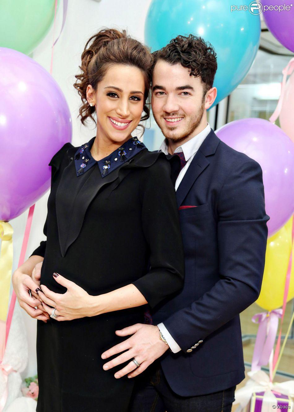 Kevin Jonas é pai de primeira viagem! Danielle dá à luz Alena Rose, em 3 de fevereiro de 2014