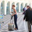 Taís Araújo carrega a própria mala em aeroporto no Rio; atriz desembarcou em Congonhas nesta segunda-feira, 3 de fevereiro de 2014