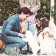 A maltês da atriz, Cali, levou as alianças para o casal até o altar
