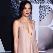Dakota Johnson aposta em vestido superdecotado para première de 'Cinquenta Tons'