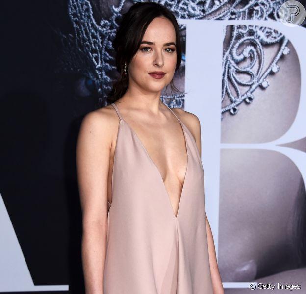 Dakota Johnson usa vestido superdecotado na pré-estreia do filme 'Cinquenta Tons Mais Escuros' em Los Angeles, Estados Unidos, na noite desta quinta-feira, 2 de fevereiro de 2017