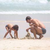 Daniel de Oliveira se diverte em praia carioca com o filho, Raul, de 5 anos