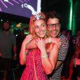 Carolina Dieckmann ganhou abraço de Bruno de Lucca, na festa Bailinho, na Arena Banco Original, na madrugada desta segunda-feira, 6 de fevereiro de 2017