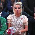 Para reproduzir à mão a maquiagem de Lady Gaga no Super Bowl e no desfile da grife Tommy Hilfiger basta usar cristais e cola de cílios