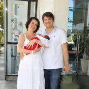 Larissa Maciel deixa maternidade com a primeira filha, Milena, e com o marido