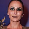 Para deixar a produção mais futurista, Giovanna Antonelli adotou glitter dourado nas sobrancelhas