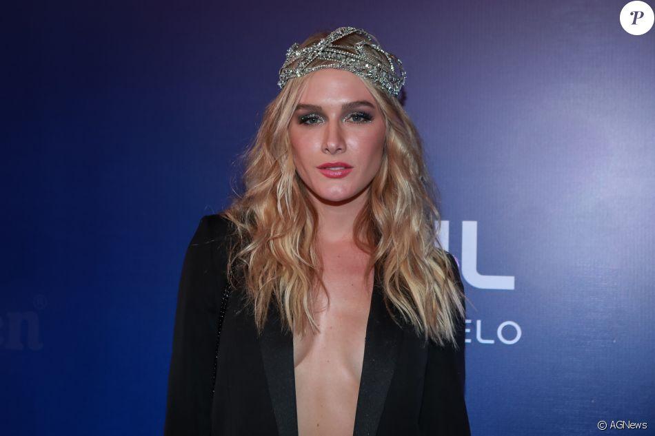 Fiorella Mattheis dispensou o sutiã para curtir o Baile da Vogue na noite desta quina-feira, 17 de fevereiro de 2017