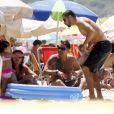 Cauã Reymond curtiu a tarde de domingo com a filha e amigos na praia da Barra da Tijuca