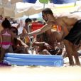 Cauã Reymond aproveitou o dia de sol com sua filha, Sofia, de 01 ano. O ator curtiu a praia e brincou muito com a pequena neste domingo, 09 de fevereiro de 2014