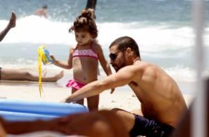 Cauã Reymond curte domingo de sol com a filha, Sofia, na praia. Veja fotos