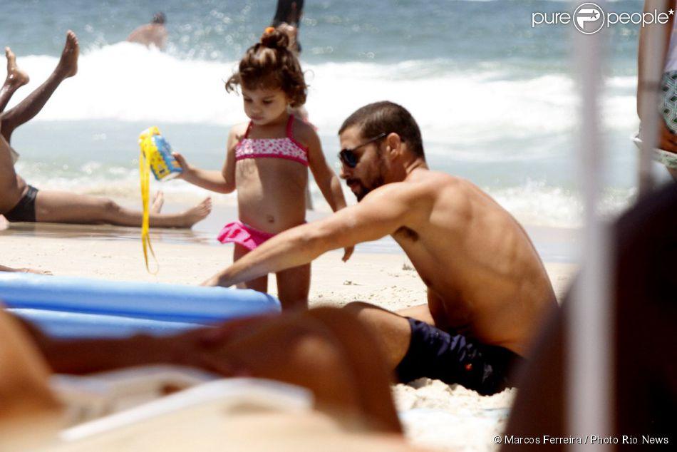 Cauã Reymond aproveitou o dia de sol com sua filha, Sofia, de 1 ano e 9 meses. O ator curtiu a praia e brincou muito com a pequena neste domingo, 09 de fevereiro de 2014