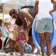Cauã Reymond aproveitou o dia de sol com sua filha, Sofia, de 01 ano. O ator curtiu a praia e fez brincadeiras com a pequena neste domingo, 09 de fevereiro de 2014