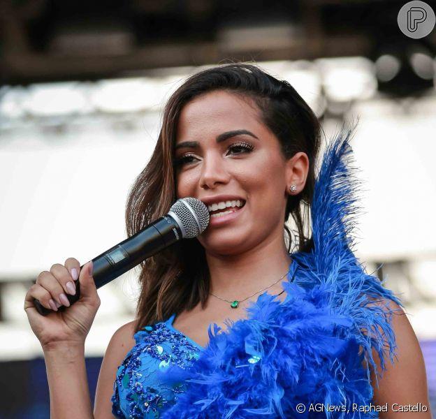 Anitta deixa pernas à mostra ao fazer participação especial no show da Banda Eva em festa de carnaval no Canindé, em São Paulo, em 18 de fevereiro de 2017