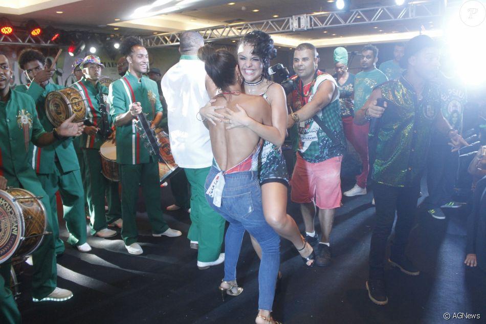 Juliana Paes carrega Paloma Bernardi no colo em show de Ivete Sangalo