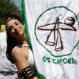 Marisa Orth usou uma fantasia longa branca para desfilar como porta-estandarte do bloco Os Capoeira, em São Paulo, em 18 de fevereiro de 2017