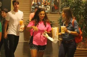 Juliana Paes exibe barriga de grávida em passeio com o marido no cinema