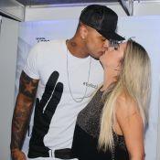Léo Santana ganha beijo de Lorena Improta nos bastidores de show em Salvador