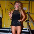 Lorena Improta exibiu as pernas torneadas no circuito extra-oficial do Carnaval de Salvador, na noite desta terça-feira (21)