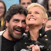 Xuxa Meneghel avalia novo silicone: 'Tamanho bom para a mão do Junno'