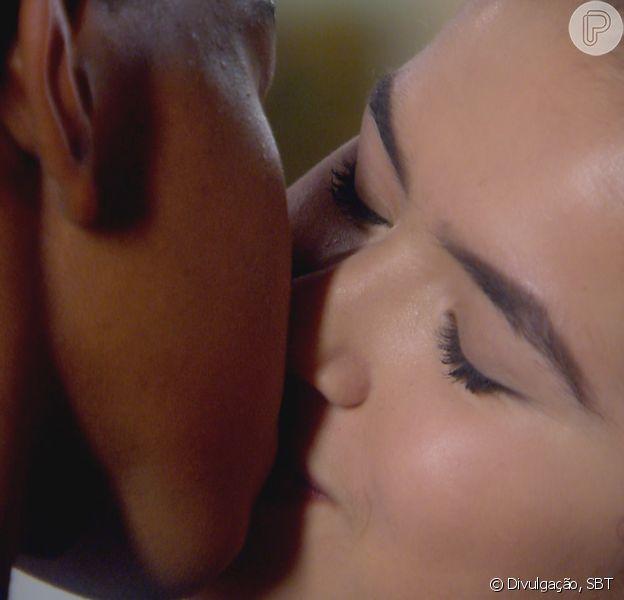 Maisa Silva beijou Jean Paulo Campos em cena da novela 'Carinha de Anjo', exibida nesta quarta-feira, 22 de fevereiro de 2017: 'Sensacional'