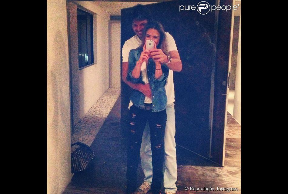 Grávida de seu primeiro filho com o namorado Fábio Faria, Patrícia Abravanel publicou em seu Instagram, nesta terça-feira, 11 de fevereiro de 2014, uma foto onde aparece ganhando um carinho do amado