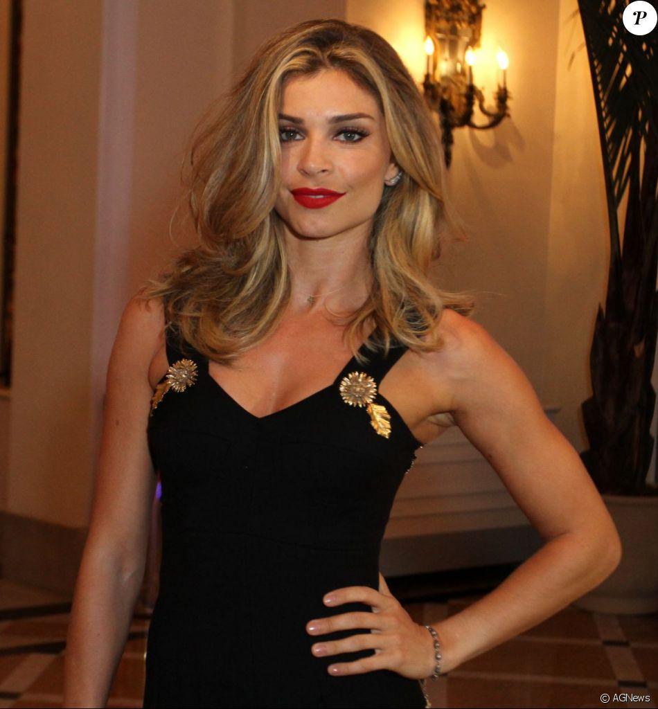 f9abe3f85f025 Grazi Massafera usou um vestido da grife Dolce   Gabbana, todo preto com  pregas, feito em lã virgem e seda mista com decote em coração e fechamento  traseiro