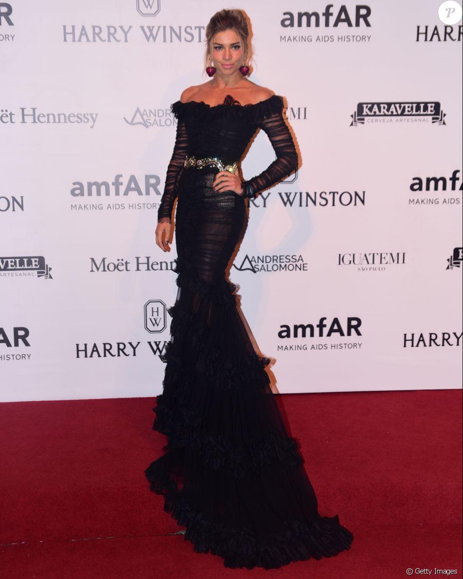 8f89914f1c22b Grazi Massafera investiu em um vestido superlongo da grife Dolce   Gabbana  para ir ao baile de gala amfAR, em São Paulo, no dia 15 de abril de 2016