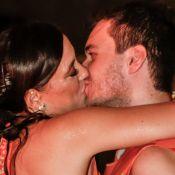 Carnaval: Adriana Birolli troca beijos com o noivo em camarote em Salvador