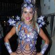 Monique Alfradique exibe a fantasia antes de entrar na Sapucaí pela Grande Rio