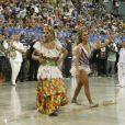 Com um body branco e brilhoso, Ivete Sangalo foi aplaudida pelo público ao desfilar na comissão de frente