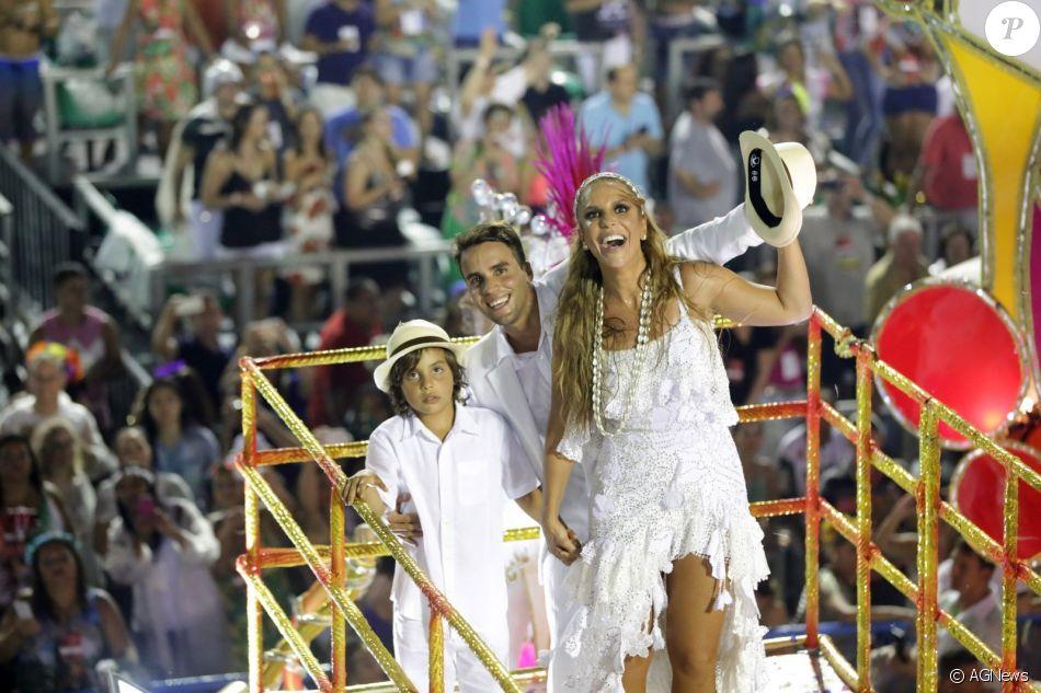 Ivete Sangalo fechou o desfile da Grande Rio ao lado do marido, Daniel Cady, e do filho, Marcelo, em cima de um carro alegórico na madrugada de segunda-feira, 27 de fevereiro de 2017