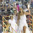 Ivete Sangalo fechou o desfile da Grande Rio ao lado do marido, Daniel Cady, e do filho, Marcelo, em cima de um carro alegórico