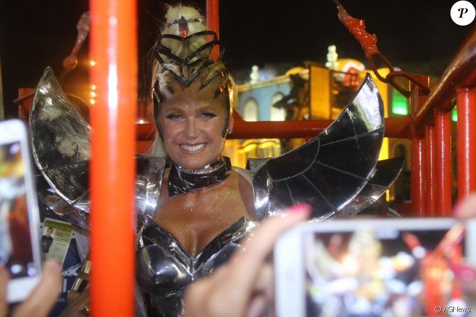 f66a8a10a Xuxa Meneghel brilha com look metalizado durante desfile da Grande Rio