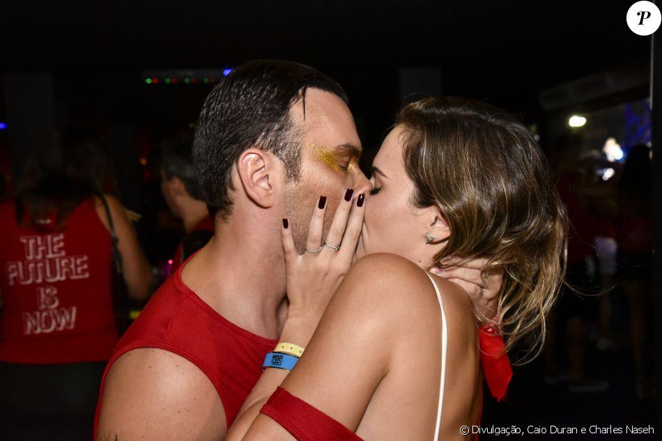 Ana Paula Renault e o youtuber Matheus Mazzafera foram flagrados aos beijos no Camarote Salvador, na Bahia, na madrugada de 27 de fevereiro de 2017
