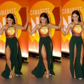 Carnaval: Paloma Bernardi usa look superfendado e exibe pernões em camarote