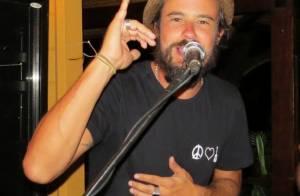 Paulinho Vilhena dança e solta a voz em noite de festa em Fernando de Noronha
