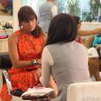 Clara (Giovanna Antonelli) descobre no salão de beleza que Marina (Tainá Müller) é homossexual, na novela 'Em Família'
