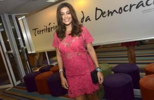 Juliana Paes vai ao teatro com vestido transparente, no Rio de Janeiro