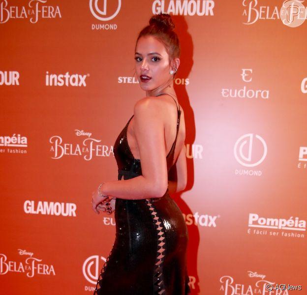 Bruna Marquezine ousa com look em prêmio, antes de viajar para Barcelona, nesta quinta-feira, dia 09 de março de 2017